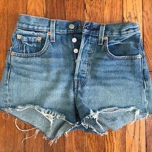 Levis 501 cut off jean shorts